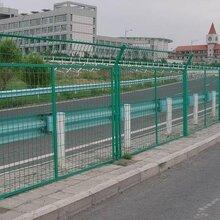 专业生产公路护栏网公园护栏网机场护栏网高安全防护网等一系列网栏图片