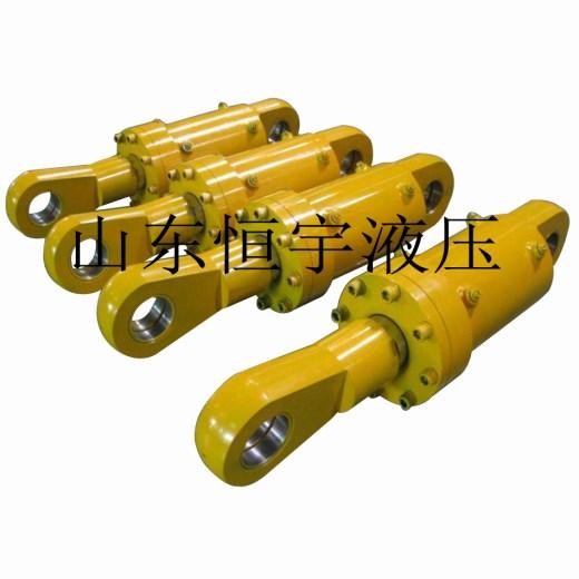 工程液压油缸 恒宇供应液压油缸,伸缩式液压油缸 结构,型号 双作用液压缸是能由活塞的两侧输入压力油的液压缸。它常被用作千斤顶的驱动组件。双作用液压缸的执行器是液压运动系统的主要的输出设备,虽然在大小、类型和设计结构上各有不同,通常这部分也是最能被观察到的部分。这些执行器将液体压力转换成快速的、可控的线性运动或力,从而驱动负载。 双作用液压缸与单作用液压缸 单作用液压缸是指其中一个方向的运动用油压实现,返回时靠自重或弹簧等外力,这种油缸的两个腔只有一端有油,另一端则与空气接触。双作用液压缸就是两个腔都有油,