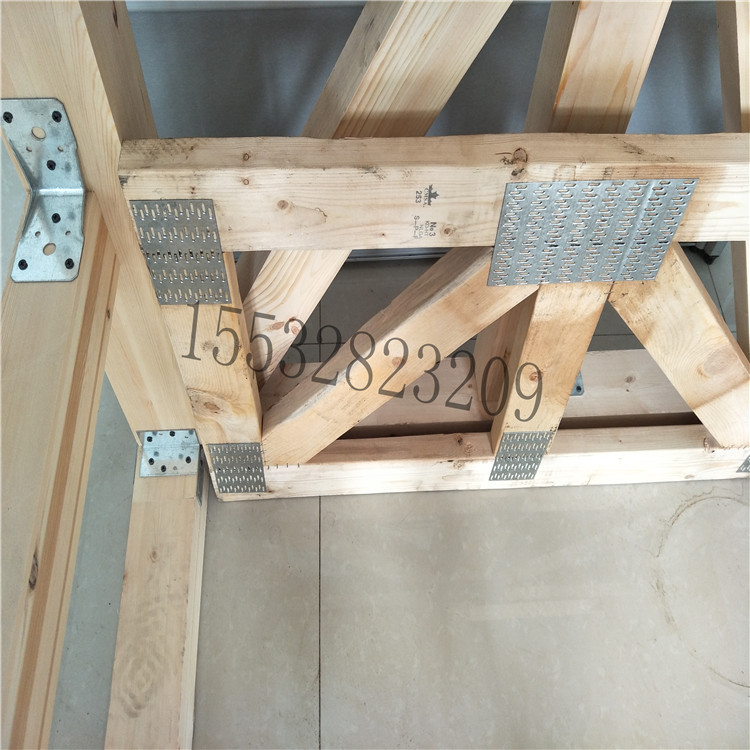 1 桁架齿板:采用1毫米优质镀锌板冲压而出,主要用于桁架的连接,它的作用是施工简单化,加强屋架的抗风抗雪抗震的能力。 规格:宽80毫米*长2000毫米的任意大小或 根据客户的设计要求定做 2 梁托: 采用1毫米或1.8毫米的镀锌板压制而成。主要用于支撑地板龙骨的作用,一端一个固定于墙体上。作用是施工简易,抗震、抗风能力提高。 规格有40*135 40*180 40*230 80*135 80*180 80*230 120*135 120*180 120*230 等等或根据客户的设计要求定做 3 抗风