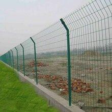 山东安路护栏网厂专业生产三角折弯护栏网-双边丝护栏网-桃型柱护栏网图片