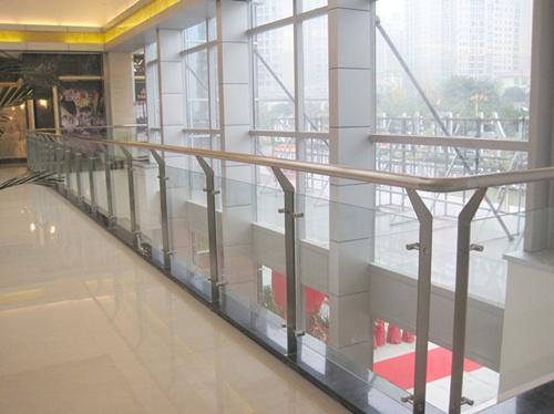00元 产品名称:不锈钢玻璃工程栏杆 商场不锈钢玻璃护栏  公共不锈钢