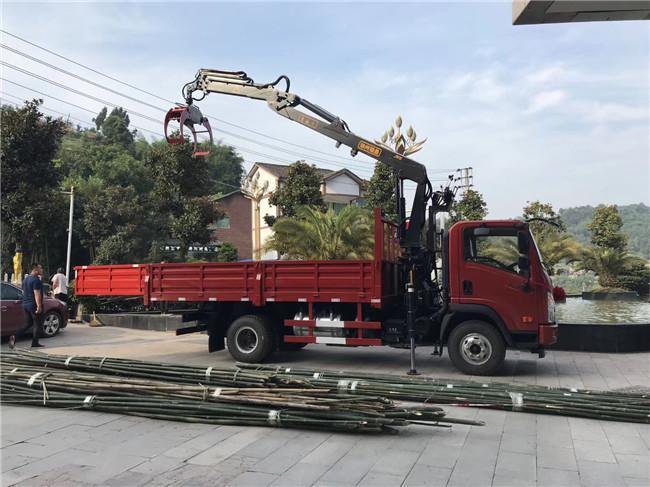 直销:3.2吨折臂专业夹钢管随车吊又可夹木夹竹