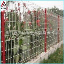 青岛厂家小区护栏网厂区防护网三角折弯护栏网桃型柱护栏网支持定做图片
