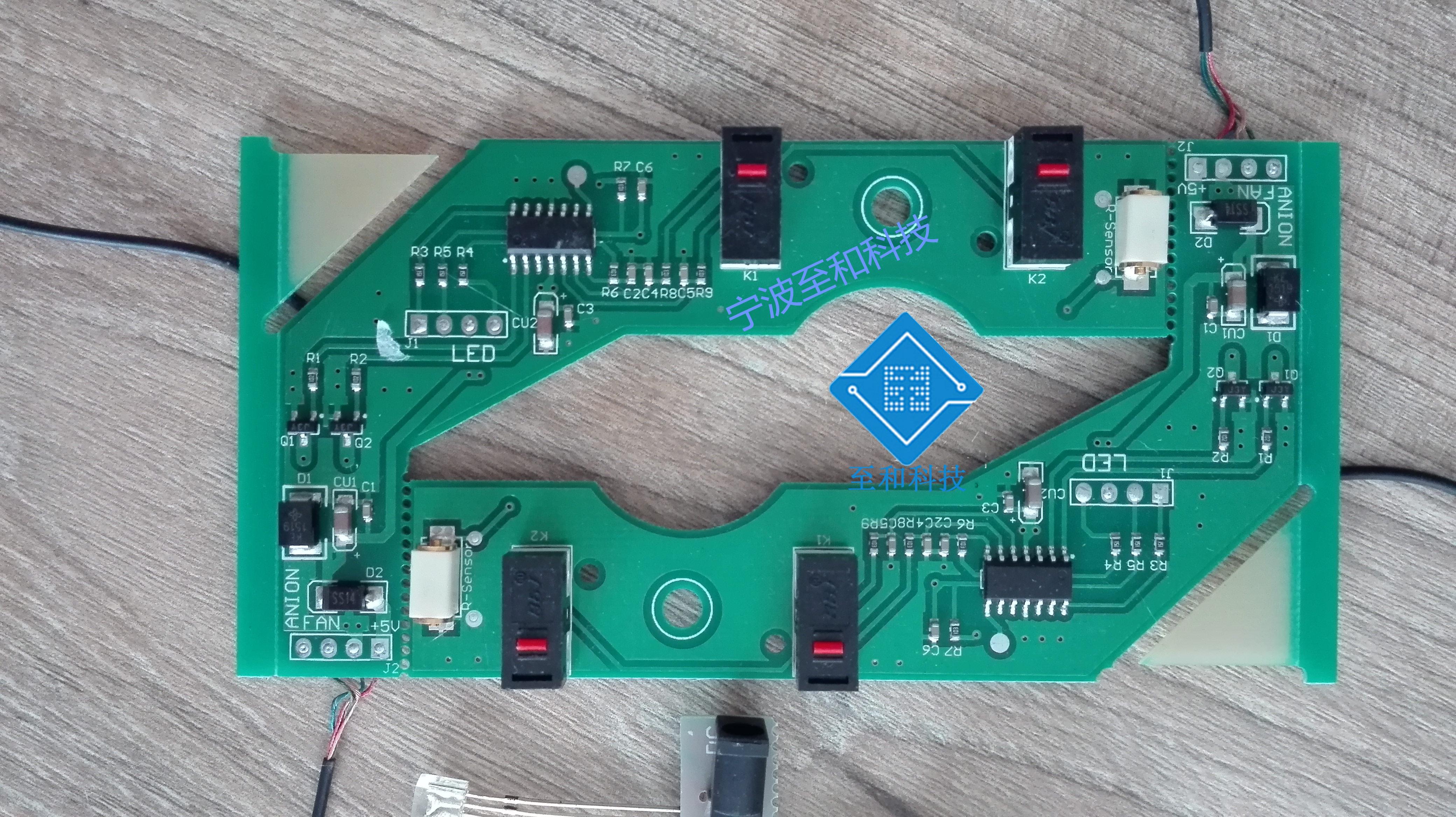 功能介绍: 1.太阳能板为单晶硅7V/2W。 2.风扇采用德国进口机芯,只为35db极致低噪。 3.美国ST主控芯片,日本OMRON汽车振动传感器。 4.无刷电机。 5.高效纳米杀菌涂层板,多重过滤系统:活性炭过滤层+光触媒过滤层。 6.双重负离子净化,24小时细菌去除率99%,24小时甲醛去除率98%。 7.