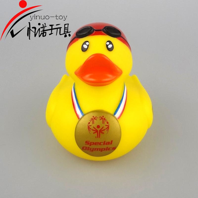 搪胶玩具8cm高金牌鸭儿童沐浴玩具忆诺玩具厂家直销