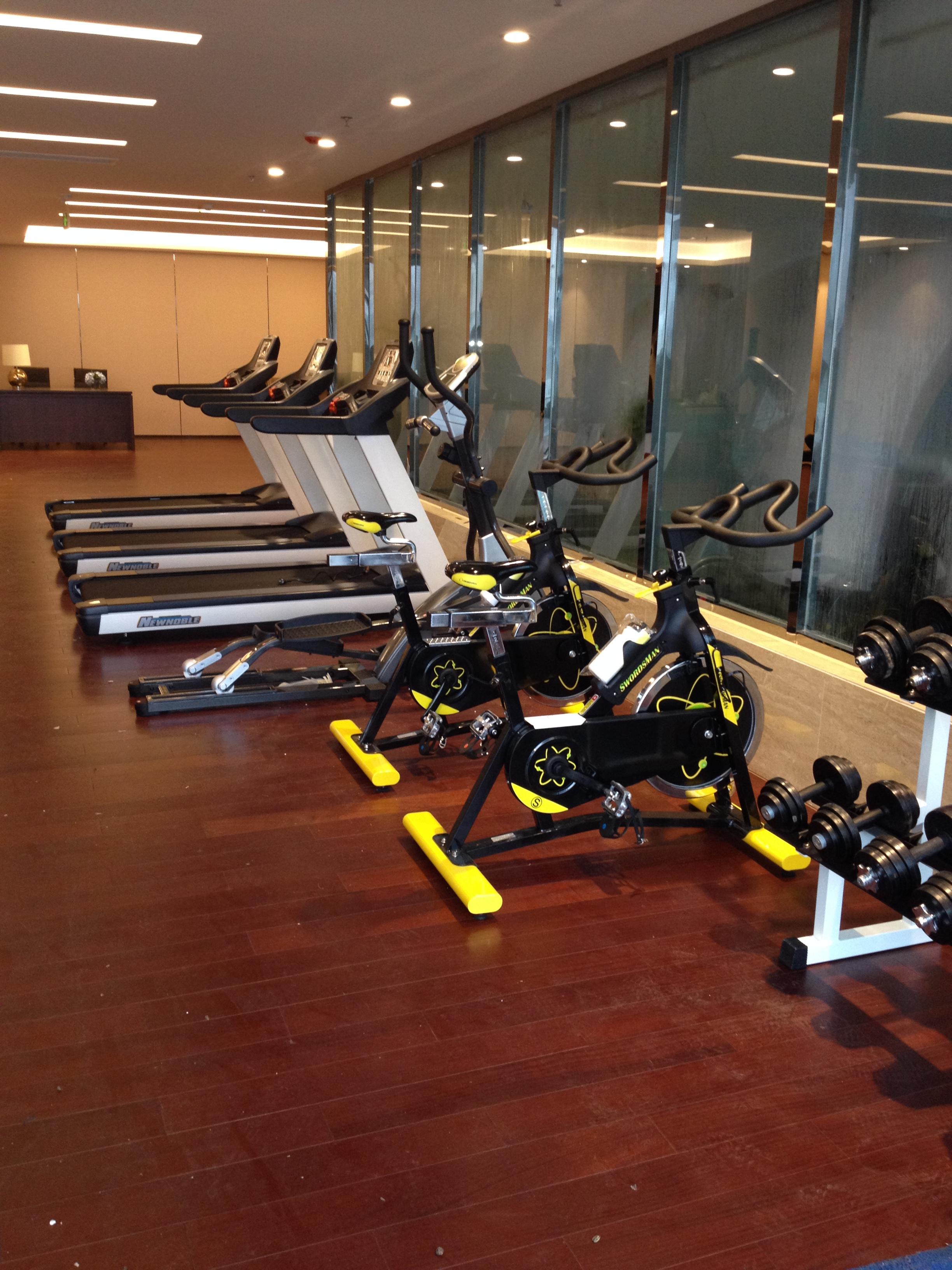 四川成都亿健跑步机健身器材专卖店椭圆机按摩椅动感单车乒乓球桌台球