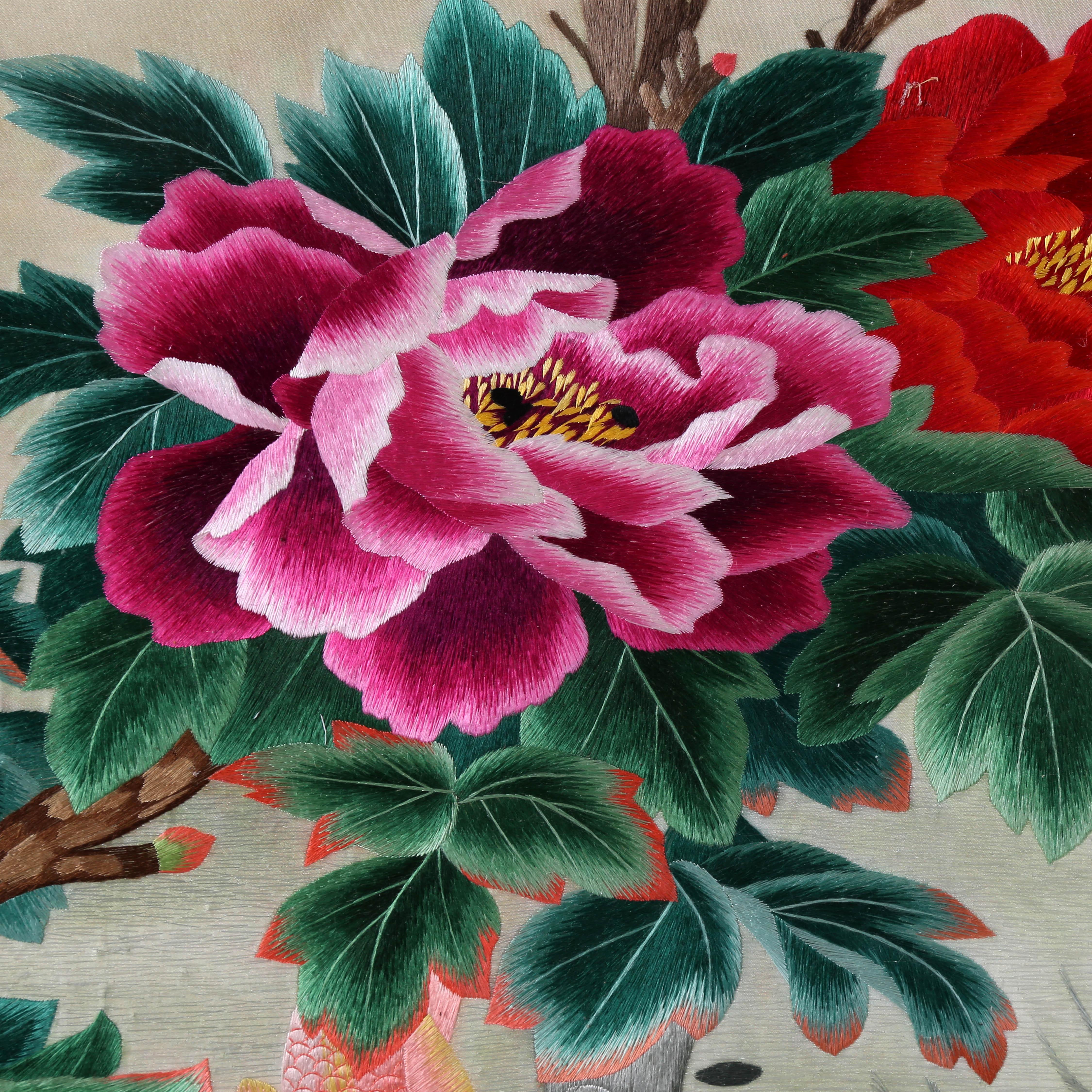 河南一涵汴绣厂成立于1995年。经过多年发展,2010年在郑州成立分公司。2015年7月21日于上海股权交易中心挂牌上市。目前拥有绣娘200余名。汴绣厂自成立以来,以弘扬中国传统手工艺文化为己任。在汴绣传统技法的基础上,不断的创新,力求通过细微的点滴和创新引起人们心灵深处最强有力的共鸣。 一涵汴绣纯手工刺绣年年有余是两丝,四丝线,高级绣娘绣制。绣品保证原汁原味开封汴绣工艺的同时,融入中国刺绣的经典精髓元素,绣工精细的艺术风格,极具鉴赏收藏价值和时尚装饰效果。目前已开发出具有开封代表的汴绣清明上河图系列、汴