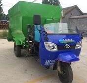 柴油撒料车出料干净羊棚每天喂料车多种尺寸投喂机