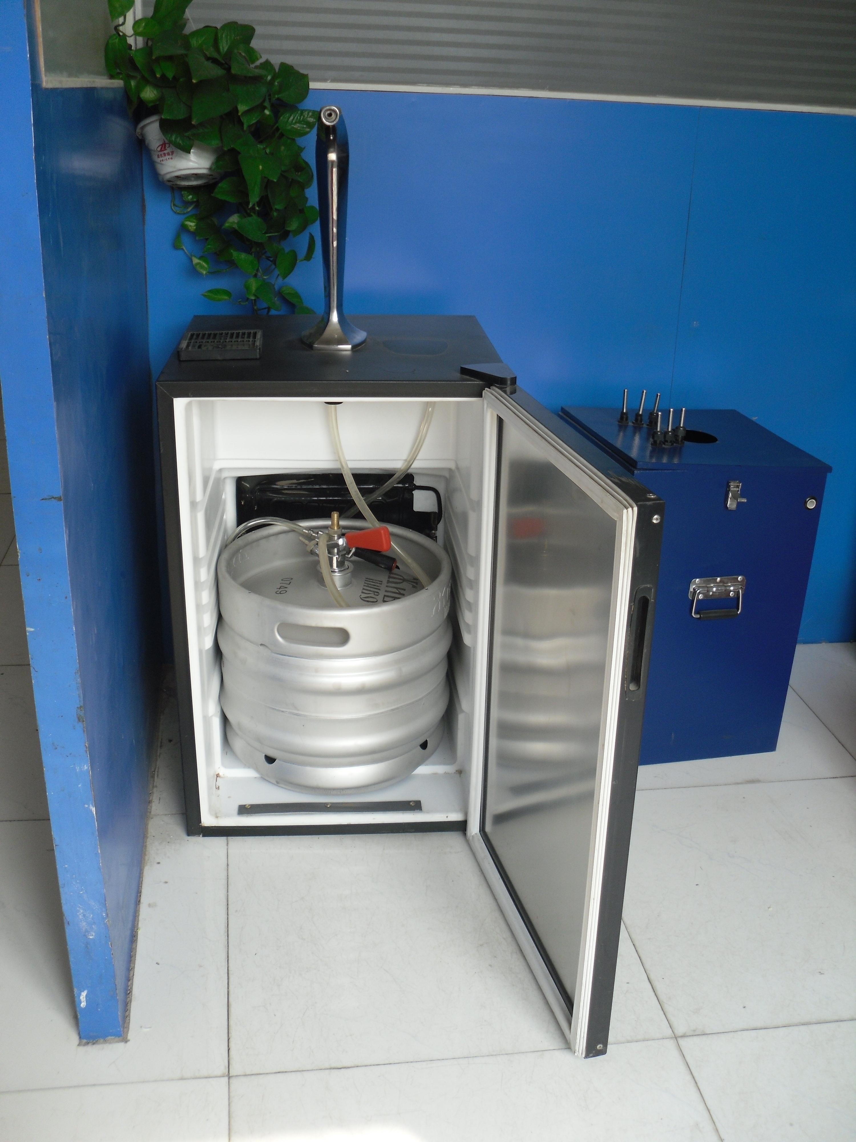出口型冰箱风冷扎啤机_原理:直接将酒桶放入储藏箱内制冷 外形尺寸 5751.580cm 重量 35kg 电流电压 220v 50Hz 功率瓦数 1/5HP 100W 出酒量 30L/ 小时 容桶 30L/50L 出酒温度 (25-32)/(3-8) 毛细管长度 1.05m 制冷剂名称 R12/R134A/R600A