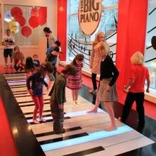 暖场智能春晚跳舞机器人互动地板钢琴3代功夫熊猫展览出租出售