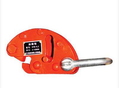 青岛金铭达起重工具有限公司专业销售油桶钳,起重钳,钢板吊钳,防翻转钳,型号齐全品质保证! 适用于油桶的垂直吊运。 单只油桶钳允许起吊的最大重量为额定载荷,吊装作业中单只或成组使用。 吊运过程中不得碰撞被吊物。 QT 型油桶钳 专用于铁桶(油桶)吊装的吊具,适用于钢制、纤维制及其他无盖桶类的吊装。进行垂直吊、水平吊或者翻转吊都非常容易。 油桶吊钳的最大优点是:优质钢材锻造的钢板吊钳耐磨、使用寿命长。 在使用大力神油桶钢板钳吊装铁桶时需注意以下几项: 1、不可用于圆桶以外的吊件; 2、桶内如装有铁粉,在重量加