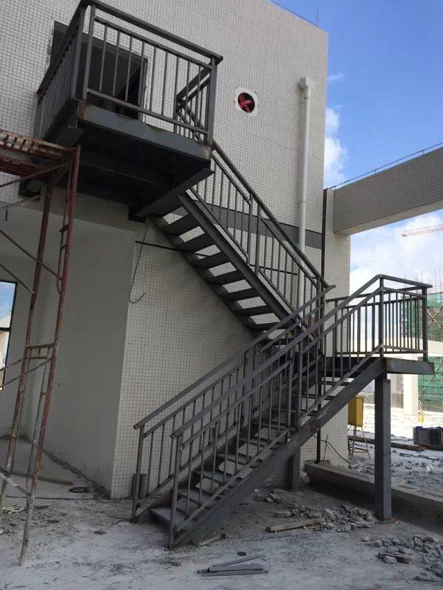 别墅水泥基础实木楼梯 实木楼梯材质 实木楼梯踢脚线 楼梯做法 楼梯定制 别墅房水泥楼梯中踢角线的几种材质与做法 为什么要做踢脚线? (1)楼梯踢脚线要不要装,首先要了解踢脚板到底有什么作用,楼梯上的踢脚板和房间踢脚板一样做用主要有: 1、压缝,也就是一般地板也好楼梯踏板也好,安装时到墙边都会留一点伸缩缝,为了美观用踢脚板来将缝压住。 2、护墙,因为无论是地板、地砖还是什么材质都会脏,那脏了以后打理的话就容易将墙面碰脏,墙面如是墙纸或涂料,那脏了就不容易打理,用了踢脚板就比较容易打理了。所以99%的人家还是
