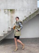 杭州羽绒服品牌依萱女装2020年专柜同步新款羽绒服尾货价批发图片