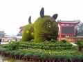 五色草造型立体花坛绿雕菊花造型绢花造型水泥雕塑图片
