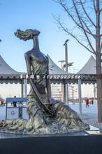 仰望蓝天的少女铜雕,公园景观雕塑图片