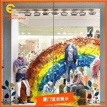 商場美陳櫥窗彩虹櫥窗裝飾布置玻璃鋼道具訂制圖片