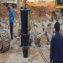 安徽芜湖土石方石头太硬破碎锤打不动用大型劈裂机生产供应开石机图片