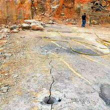 防城港上思公路扩建遇到硬石头钩机打不动挖改式破碎机哪家好矿山开采图片