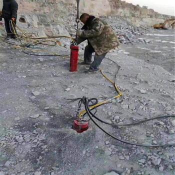 重慶萬盛石材廠打石頭開山修路大型劈裂機出租租賃農村蓋房子挖地基
