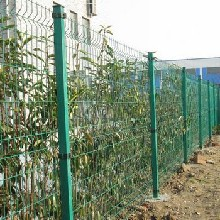 桃型柱护栏停车场球场隔离防护栏三道折弯铁丝网护栏铁艺护栏图片