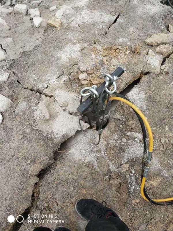 喀什莎车县撑裂硬石头场地整平破石头分石棒