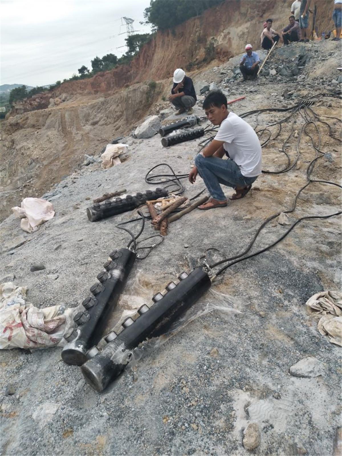 修建铁路岩石太硬挖掘机产量低用什么机器大裂石机