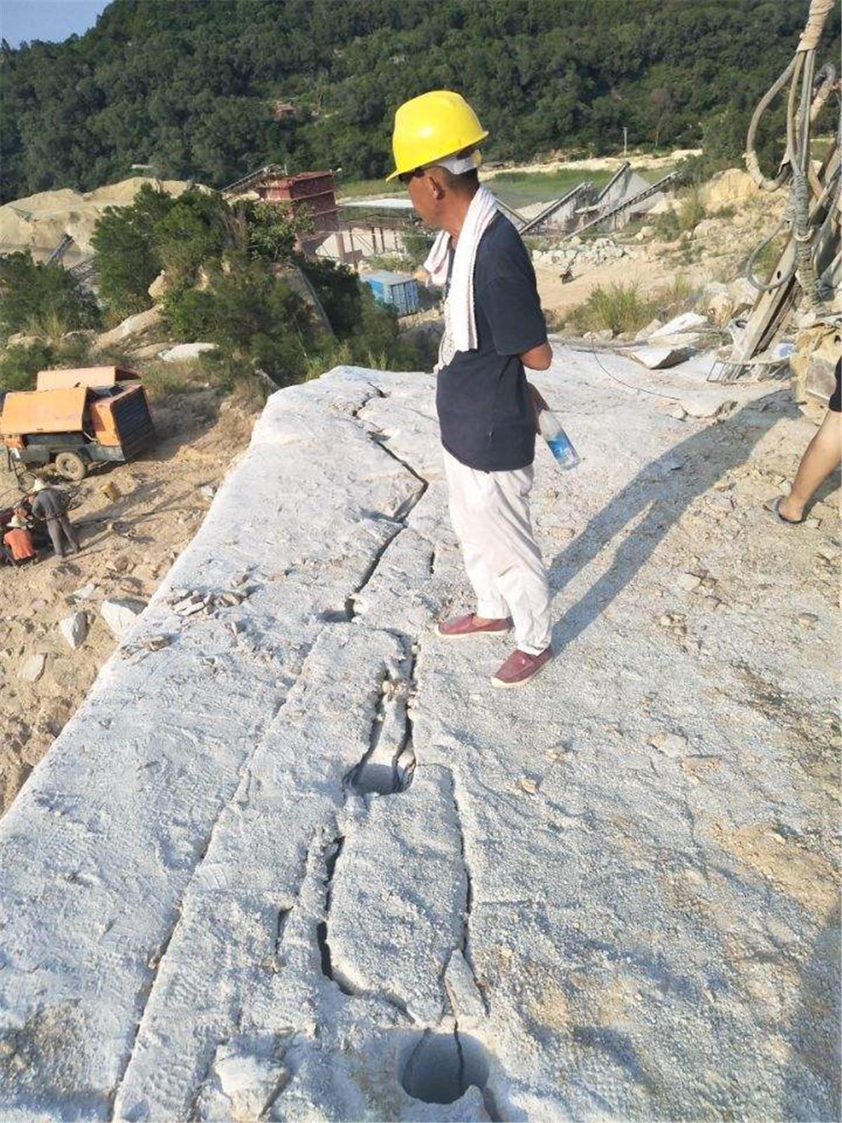 挖岩石基础石头太硬挖机炮锤效果不好用什么机械开山器