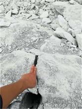 云南昭通分解地基石頭劈裂機基坑破石礦石破碎棒圖片
