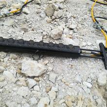 湖北隨州石頭靜態快速劈裂棒鋁礦液壓開石機圖片