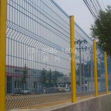广东三角折弯护栏网价格三角折弯护栏网厂家桃型柱护栏网规格图片