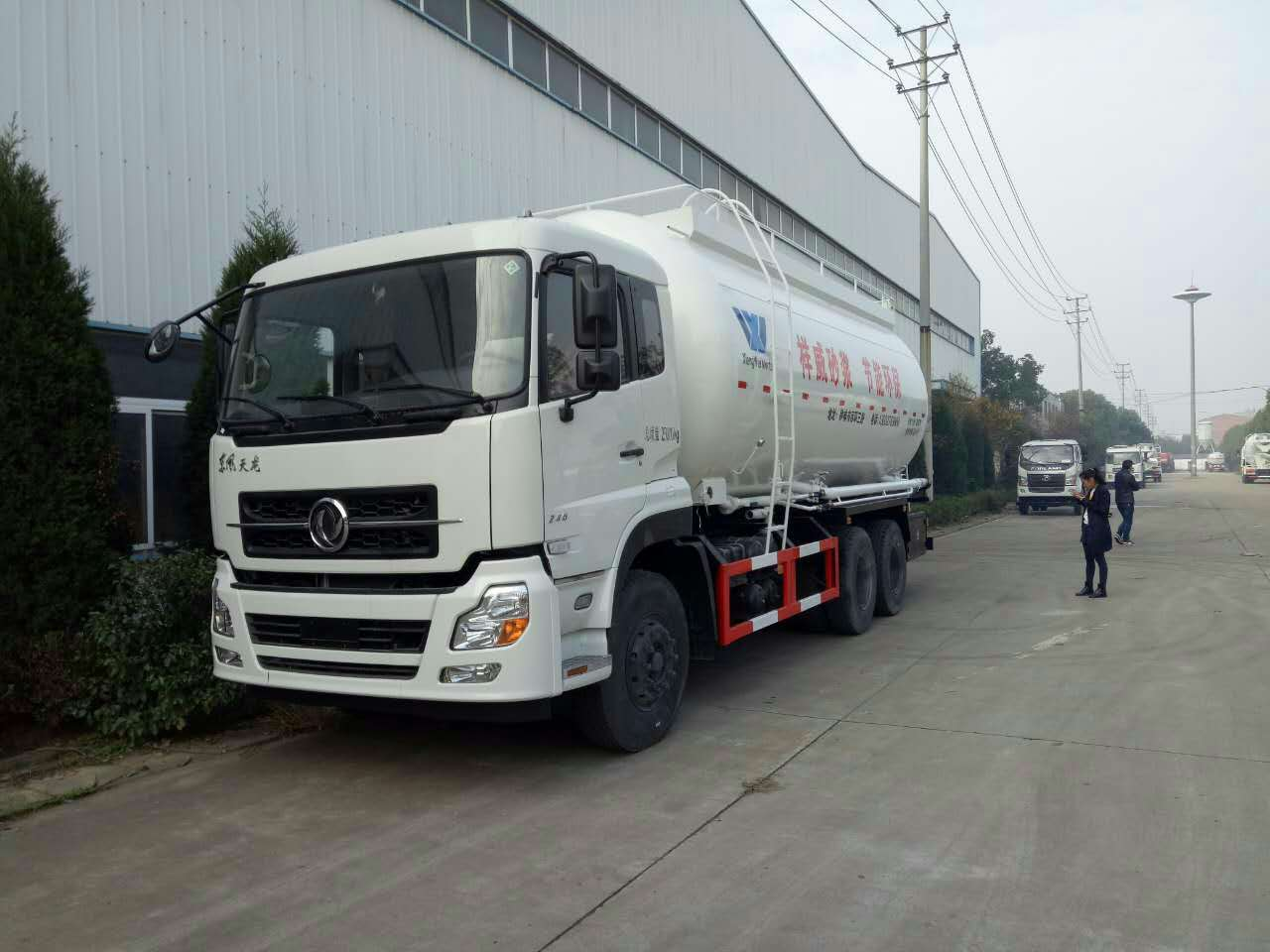东风天龙散装干混砂浆物料运输车:节能环保效率高!