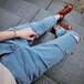 厂家直销批发韩版爆款破洞小脚牛仔裤低至几块钱处理去哪里有厂家低价促销韩版牛仔裤批发