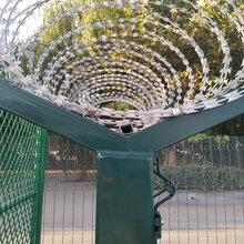 厂家生产销售公路防护网,三角折弯隔离栅,价格实惠