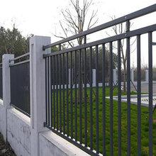汕尾围墙围栏护板三横杆锌钢护栏有柱帽立柱款式图片