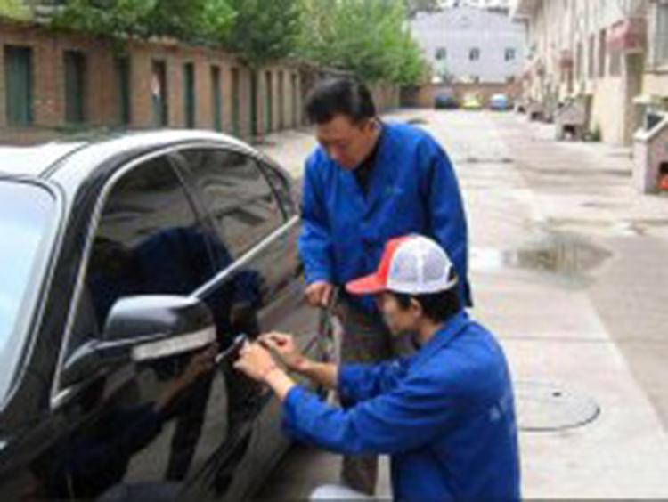 宜昌红星路轿车开锁现场展现