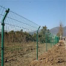 巨人专业生产市双边丝护栏网草坪护栏网围墙护栏网厂家直销欢迎咨询