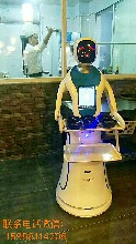 最新无轨送餐机器人