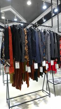 依诗彩女装17新款专柜正品高档品牌女装库存清货品牌折扣批发