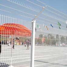 鑫旺丰三角折弯护栏网,丽江供应桃型柱护栏网图片