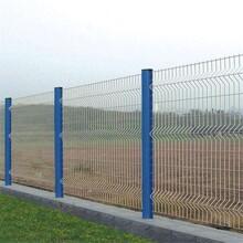 延边供应桃型柱护栏网,折弯护栏网图片