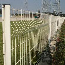 折弯护栏网、桃型柱护栏网优点介绍图片