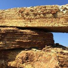 小区千层石驳岸点缀大型千层石批发优质商家假山石千层岩咨询图片