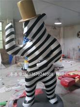 戴帽子的黑白条纹玻璃钢卡通熊雕塑纤维卡通雕塑图片