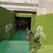 綠色塑料草皮工地墻面