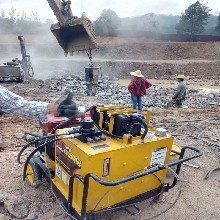 水库挖掘岩石劈裂机成本高吗图片