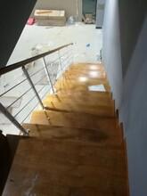 中柱旋转楼梯木板采用泰国橡胶木实木木板图片