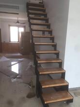 中柱旋转楼梯现代钢木楼梯图片