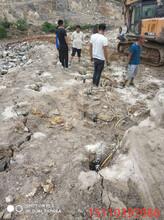 新疆库尔勒不用炸药液压开山机采石头开山器厂家批发图片