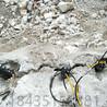 双峰县采石场破碎硬石头的机器