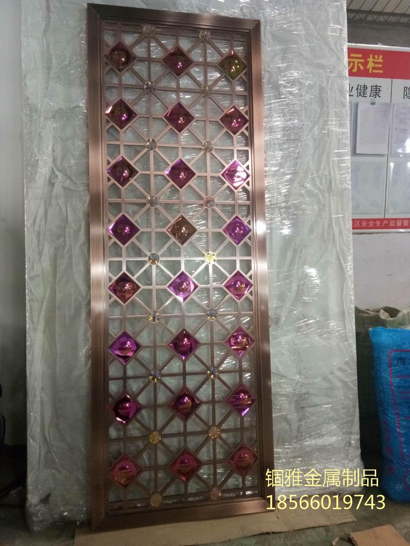 中式铝艺仿铜雕花屏风给人华丽、雅致的感觉